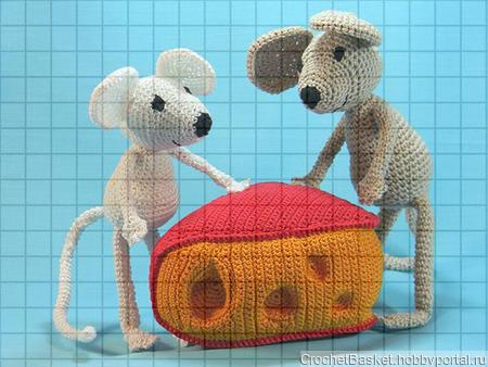 Набор мягких вязаных игрушек «Два мышонка с сыром» ручной работы на заказ