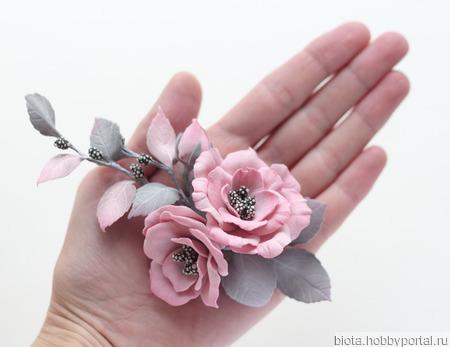 Украшение с цветами розы серо-розовая брошка из фоамирана ручной работы на заказ