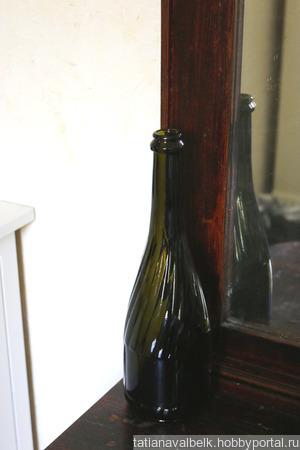 Бутылка стеклянная оливковая спиральные ребра с окошком ручной работы на заказ