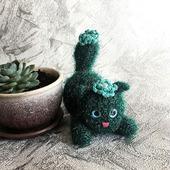Кактусовая кошечка с голубым цветком
