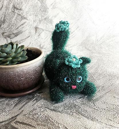 Кактусовая кошечка с голубым цветком ручной работы на заказ