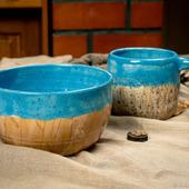 Кружка и тарелка в ярко голубом цвете