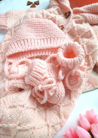 Комплект для новорождённого - шапочка и пинетки ручной работы на заказ