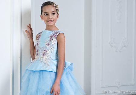 Платье голубого цвета с вышивкой ручной работы на заказ