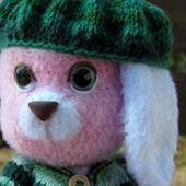 Зайка розовый с зелёными глазами
