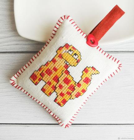 """Игольница """"Веселый Динозаврик"""" с ручной вышивкой крестом ручной работы на заказ"""