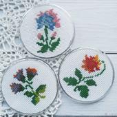 """Магнитики """"Стилизованные цветы"""" с ручной вышивкой крестом"""
