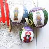 """Шарики на новогоднюю елку с вышивкой """"Звездочеты с подарками"""""""