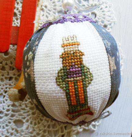 """Шарики на новогоднюю елку с вышивкой """"Звездочеты с подарками"""" ручной работы на заказ"""