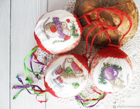 """Шарики новогодние """"Мышки спешат на Новогоднюю елку"""", ручная вышивка крестом ручной работы на заказ"""