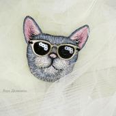 """Брошь вышитая """"Серый кот в очках"""""""
