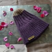 Фиолетовая вязаная шапочка с внутренним подворотом