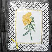 """Декоративная салфетка """"Желтые цветы Купальница"""" с ручной вышивкой"""