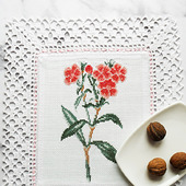 """Декоративная салфетка """"Красные цветы Гвоздичка"""" с ручной вышивкой"""