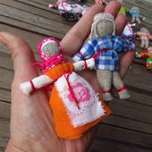 Маленькая игровая куколка из ткани