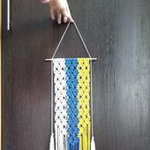Панно-макраме трехцветное на тонкой палочке