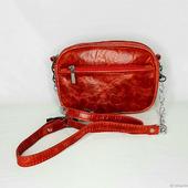 Кожаная сумочка с ремешком на цепочке