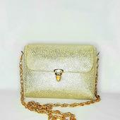 Кожаная сумочка золотого цвета