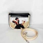 Миниатюрная сумочка с принтом на клапане