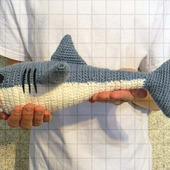 Вязаная игрушка рыба акула