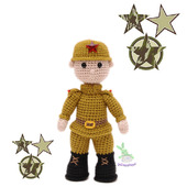 Вязаная игрушка солдат