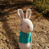 Мягкие игрушки: вязаный заяц крючком