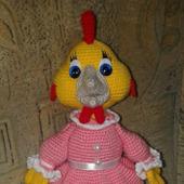 Мягкие игрушки: курочка в платье крючком