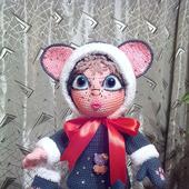 Девчушка в костюме мышки - вязаная игрушка