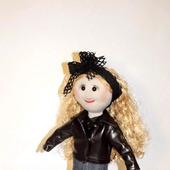 Кукла текстильная в кожаной куртке и джинсовой юбке
