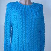 Теплое вязаное платье с рельефными узорами