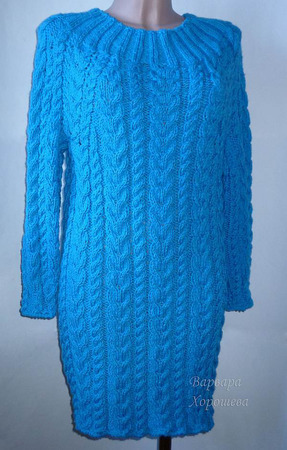 Теплое вязаное платье с рельефными узорами ручной работы на заказ