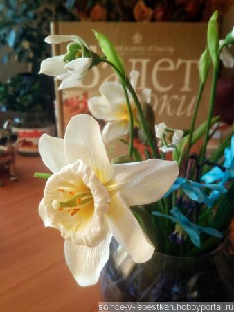Весенние цветы в стеклянной вазе ручной работы на заказ