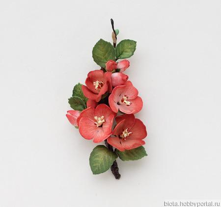 Красная брошь с красными цветами айвы из фоамирана ручной работы на заказ