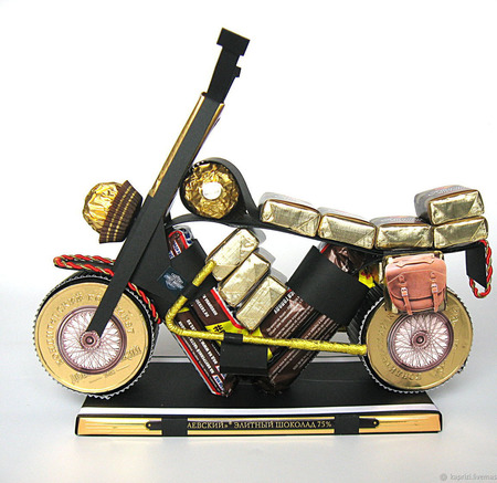 Мотоцикл из конфет ручной работы на заказ