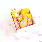 Погремушка и пинетки - подарок новорожденному