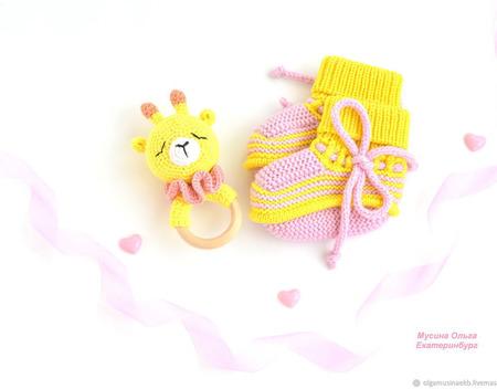 Погремушка и пинетки - подарок новорожденному ручной работы на заказ