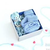 Пинетки и погремушка-грызунок в подарочной упаковке