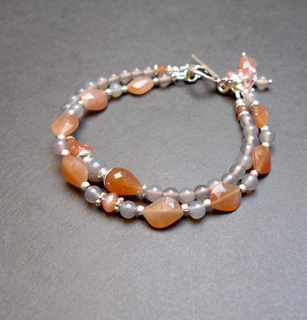 Браслет из халцедона и розового лунного камня ручной работы на заказ