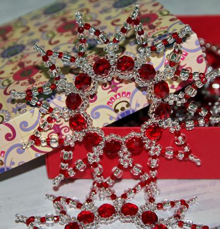 Серебристо-красные звёздочки-снежинки из бисера и бусин (4 шт.) ручной работы на заказ