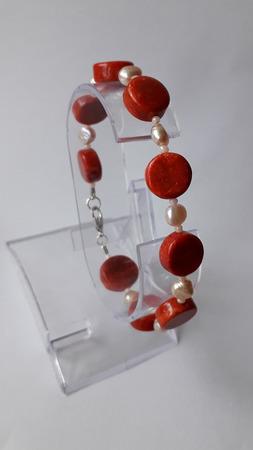 Жемчужно-коралловый браслет ручной работы на заказ