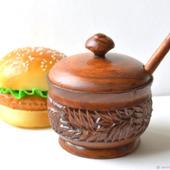 Большая деревянная солонка с крышкой и ложкой