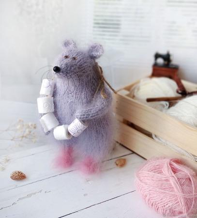 """Вязаная игрушка """"Запасливая мышь"""" ручной работы на заказ"""