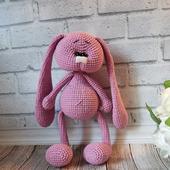 Вязаная игрушка Зайка попрыгайка розовая