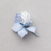 Брошь белый бутон розы с серо-голубыми листьями