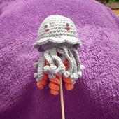 Вязаная маленькая медузка