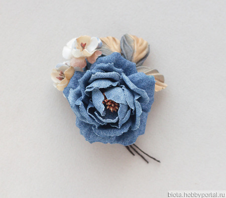 Джинсовая брошь синяя роза с бежевыми цветами из ткани ручной работы на заказ