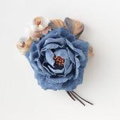 Джинсовая брошь синяя роза с бежевыми цветами из ткани