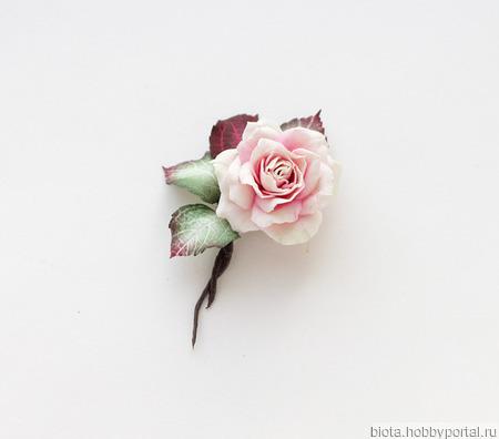 Розочка брошь небольшая белая с бордовым ручной работы на заказ