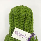 Ярко-зеленая шапочка из очень толстой пряжи