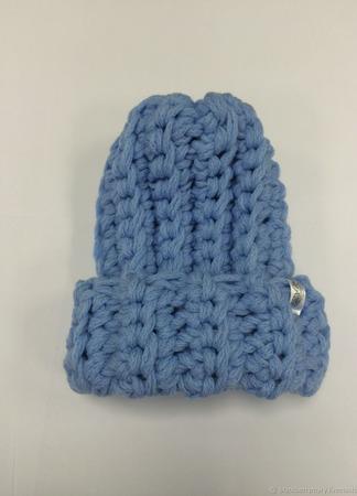 Голубая шапка из очень толстой пряжи ручной работы на заказ